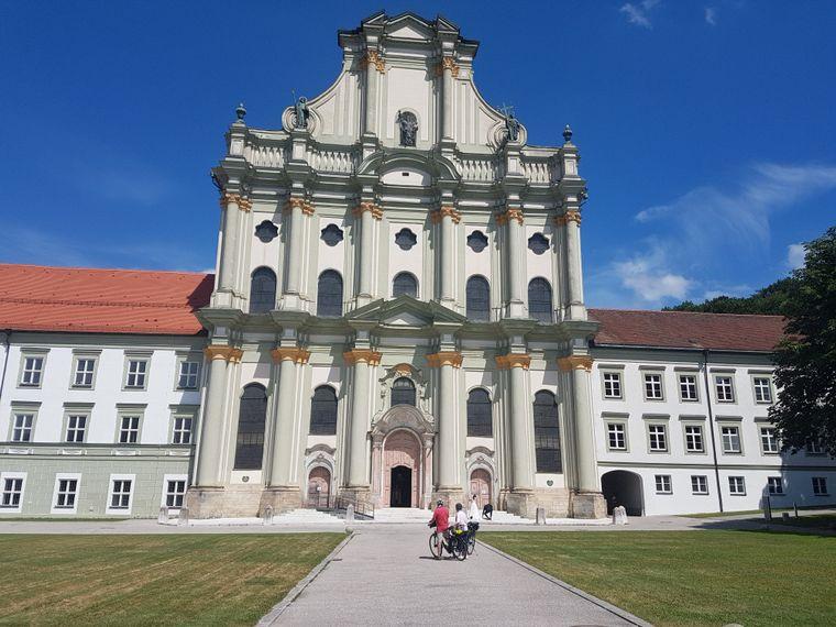 In Fürstenfeldbrück ist die barocke Klosterkirche Mariä Himmelfahrt die Attraktion.