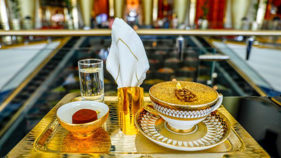 "Der ""Ultimate Gold Cappuccino"" im Burj Al Arab."