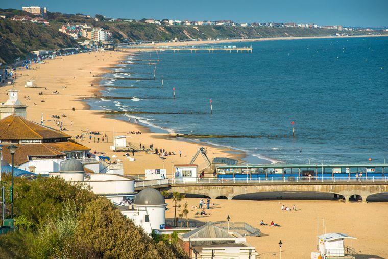 Ein kilometerlanger Sandstrand erwartet die Besucher in Bournemouth Beach in England.