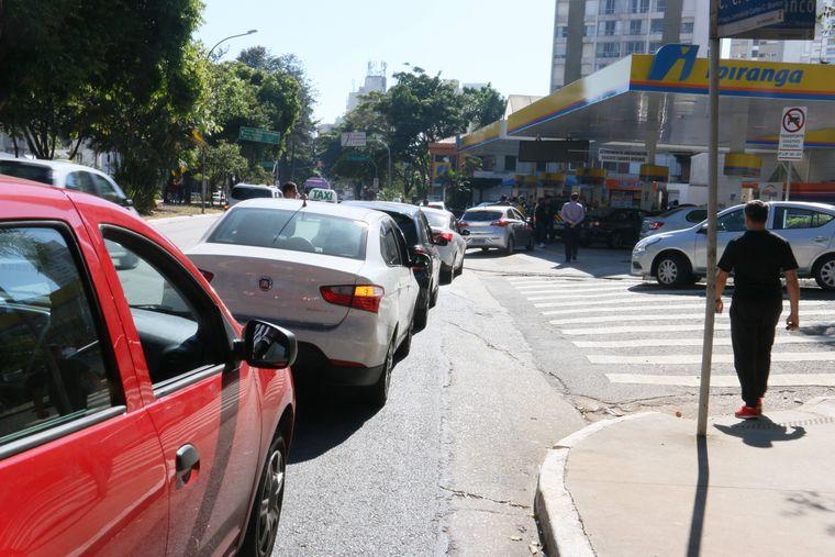 Sobald eine Tankstelle beliefert wurde, entstehen lange Schlangen bis auf die Straße.