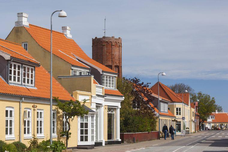 Gelb getünchte Häuser in Skagen im Norden von Dänemark.