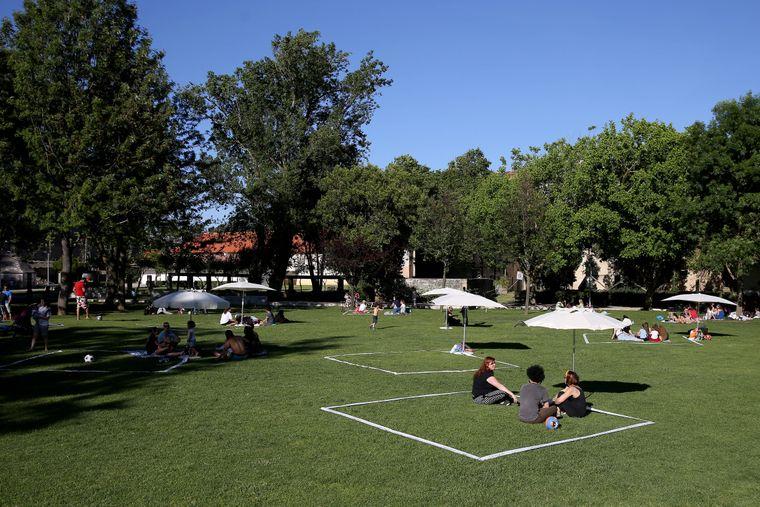 Abgeklebte Quadrate im Park von Cascais sollen fürs nötige Social Distancing sorgen.