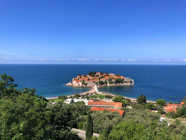 Die Insel Sveti Stefan, die durch einen Damm mit dem Festland verbunden ist, ist den Reichen vorbehalten. Sie ist allerdings ein beliebtes Fotomotiv.