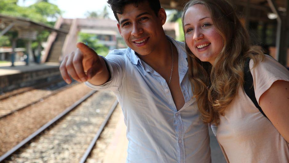 """Am Bahnhof von Hikkaduwa warten unsere """"reisereporter 2018"""" Carina Doliwa und Eduardo Lima auf den Zug nach Galle."""
