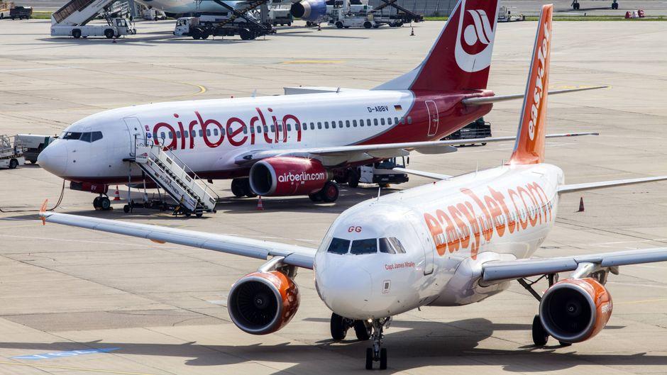 Eine Maschine von Air Berlin und eine von Easyjet am Flughafen.