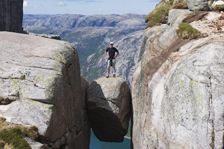 Der Kjeragbolten in Norwegen lockt jedes Jahr zahlreiche Besucher an.