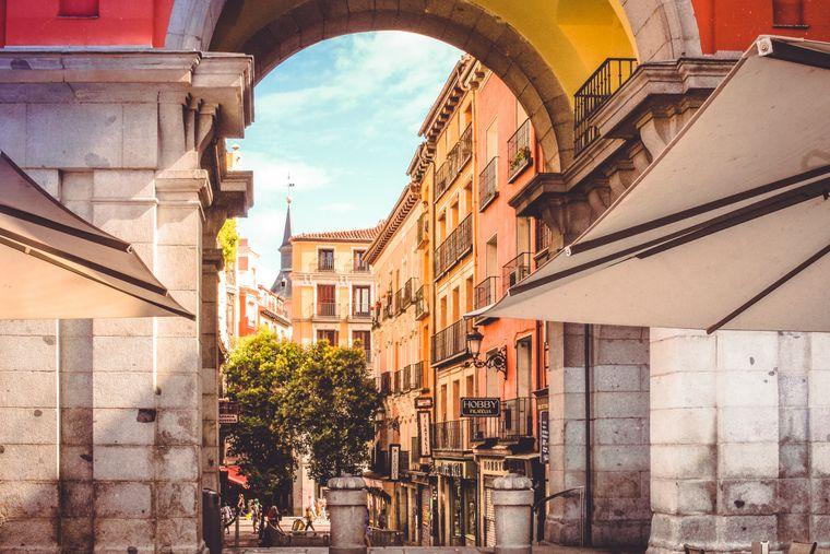 Blick in eine sonnige Gasse: 20 Sonnenstunden erwarten dich im Sommer pro Wochenende in Madrid.