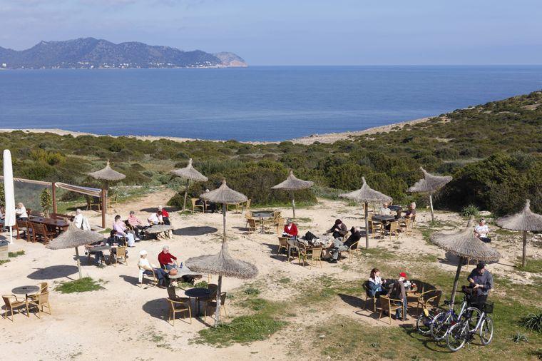 Am Wehrturm auf der Halbinsel Punta de n'Amer gibt es auch ein kleines Café mit Sitzgelegenheiten, wo du dich nach deiner Wanderung stärken kannst.