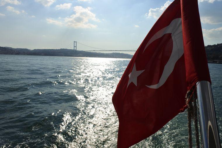 Bei einer Schifffahrt in Istanbul siehst du unter anderem die Bosporus-Brücke.