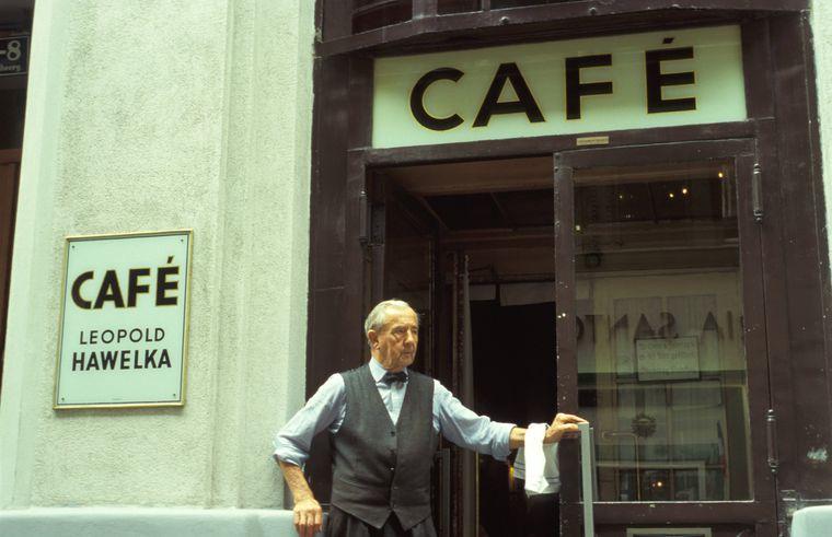 Ein altes Foto zeigt Leopold Hawelka, den Gründer des Cafés, der bis zu seinem Tod 2011 im Laden stand.