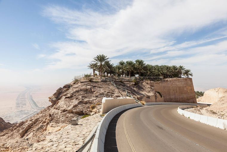In 60Kurven schlängelt sich die Straße am Dschabal Hafeet 1200 Meter in die Höhe.