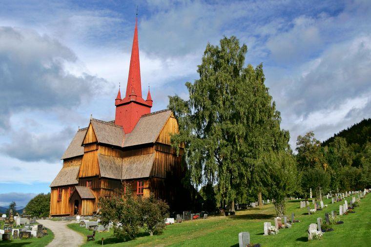 Die Stabkirche zu Ringebu gehört zu den schönsten Bauwerken entlang des St. Olavsweges in Norwegen.