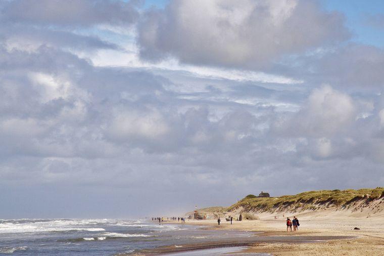 Spaziergänger am Nordseestrand in Dänemark