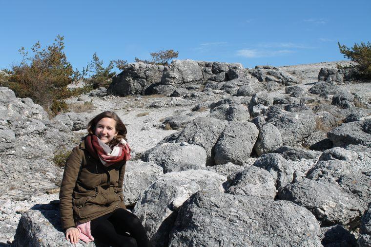 reisereporterin Leonie auf der kleinen Insel Fårö bei Gotland, Schweden.