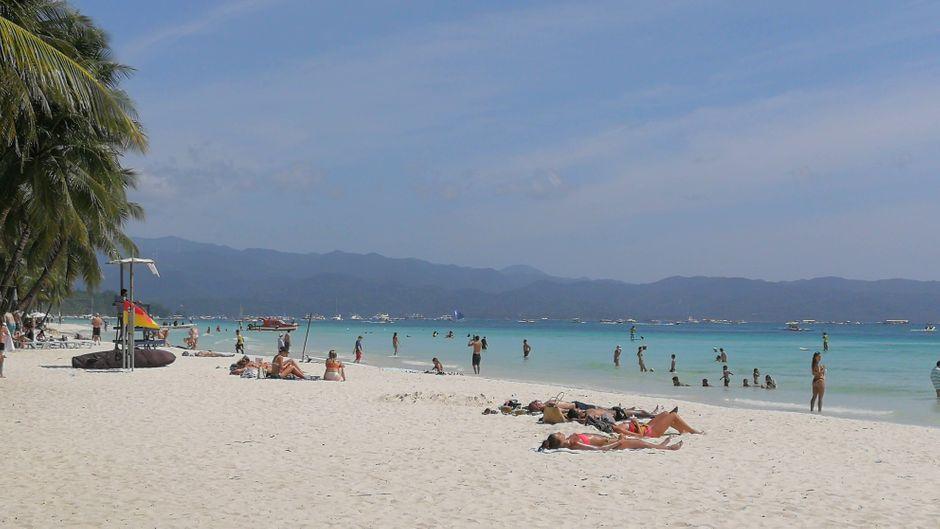 Bald können die Urlauber wieder an diesem Strand auf Boracay liegen: Die philippinische Insel öffnet nach einer großen Reinigungsaktion wieder.