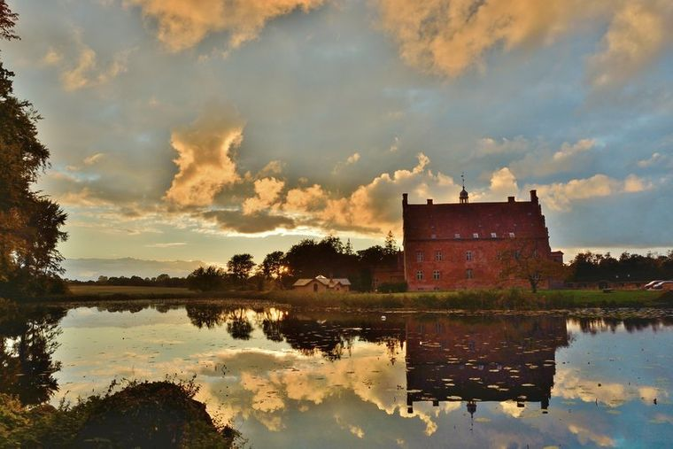 Viele Orte auf der Insel Fünen spielten im Leben von Hans Christian Andersen eine Rolle, dazu gehört zum Beispiel Schloss Broholm.
