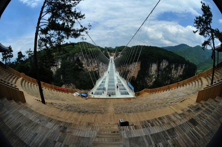 Diese beeindruckende Glasbrücke führt über ein Tal im Nationalpark Zhangjiajie.