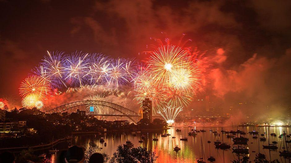 Feuerwerk über dem Hafen von Sydney.