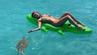 Wasserschildkröte greift Urlauberin und ihr Gummi-Krokodil an.