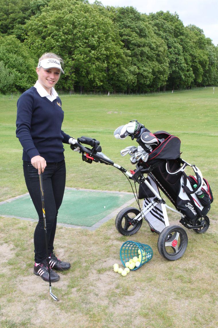 Mia Webley spielt auf dem Baltic Hills Usedom Golf.
