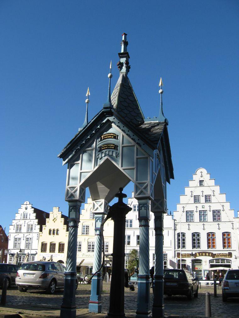 Die historische Marktpumpe auf dem Marktplatz ist eine der beliebtesten Sehenswürdigkeiten in Friedrichstadt.
