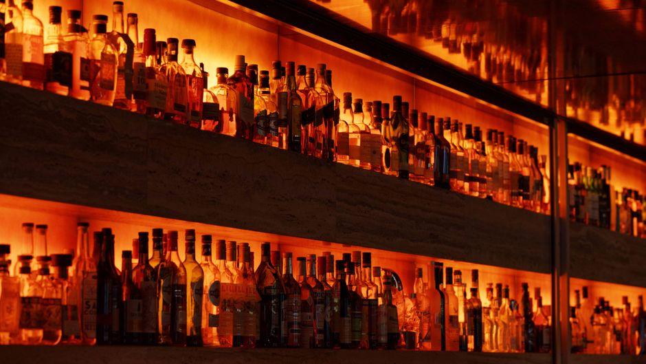 Spirituosen in einer Bar eines Kölner Hotels.