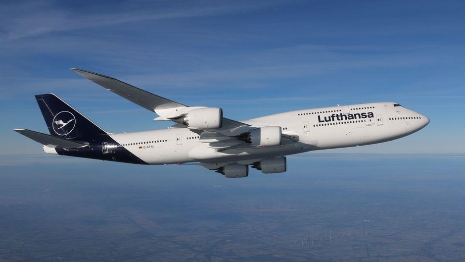 Flugzeug der Lufthansa mit neuem Logo und blauem Design.