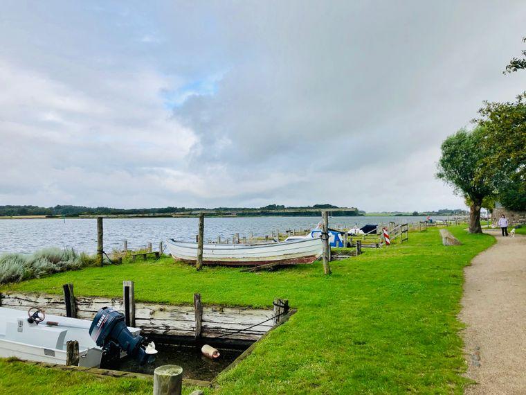 """Historisch: Die """"Stellplätze"""" für Kähne in Maasholm stehen unter Denkmalschutz. Heute gibt es leider nur noch wenige Berufsfischer an der Schlei."""