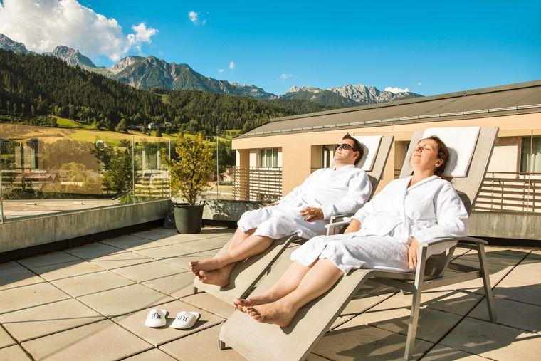 Im TUI Blue Schladming könnt ihr euch entspannen, zum Beispiel im Sky-Saunabereich des Hotels mit Blick auf das Dachsteinmassiv.