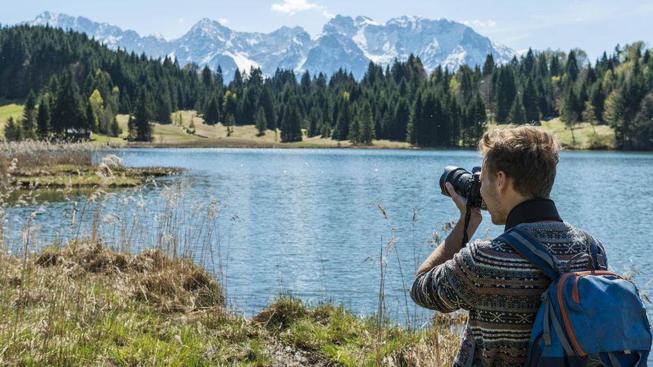 Outdoor-Fotograf macht Aufnahmen am Geroldsee in Oberbayern.
