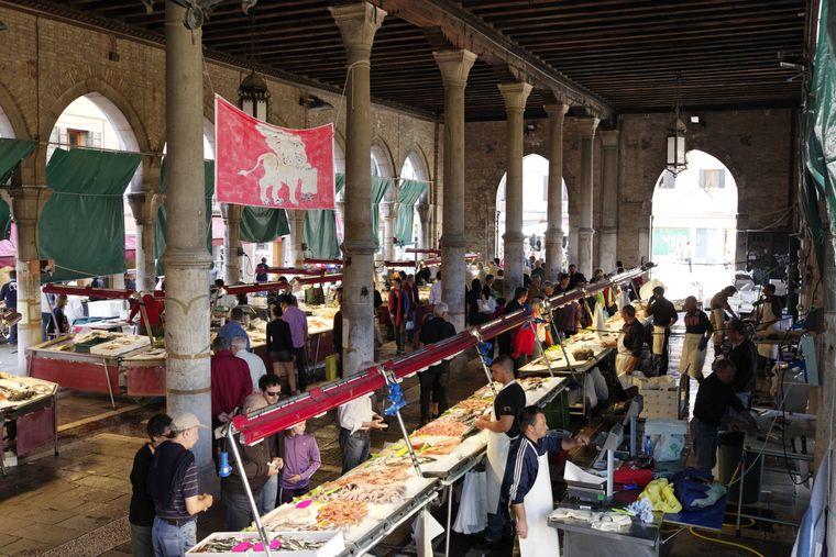 Der Fischmarkt nahe der Rialtobrücke ist zu einem beliebten Fotomotiv von Touristen geworden. Sie drängeln sich oft vor der Auslage, kaufen aber nichts.