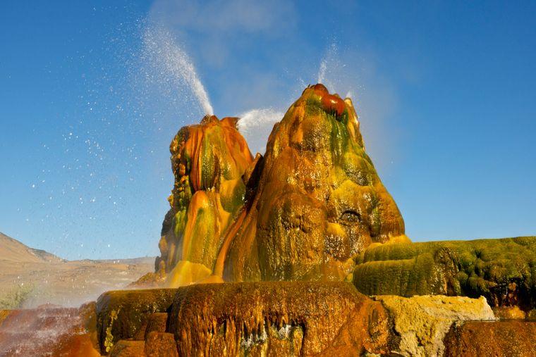 Der Fly Geyser in Nevada ist durch ein Bohrloch entstanden. Nun ist das Naturdenkmal einer der buntesten Orte der Welt.