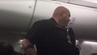 Ein Polizeibeamter an Bord des Alaska-Airlines-Flugs 146, auf dem sich ein nackter Mann befand.