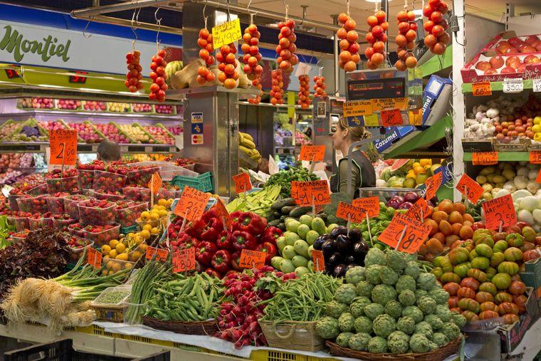 Auf dem Mercat de l'Olivar in Palma kannst du frische Lebensmittel einkaufen und dich zwischen Einheimischen von Stand zu Stand treiben lassen.