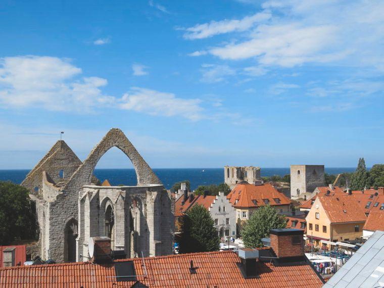 Kirchtürme und die Ruinen davon gehören zum typischen Stadtbild von Visby.