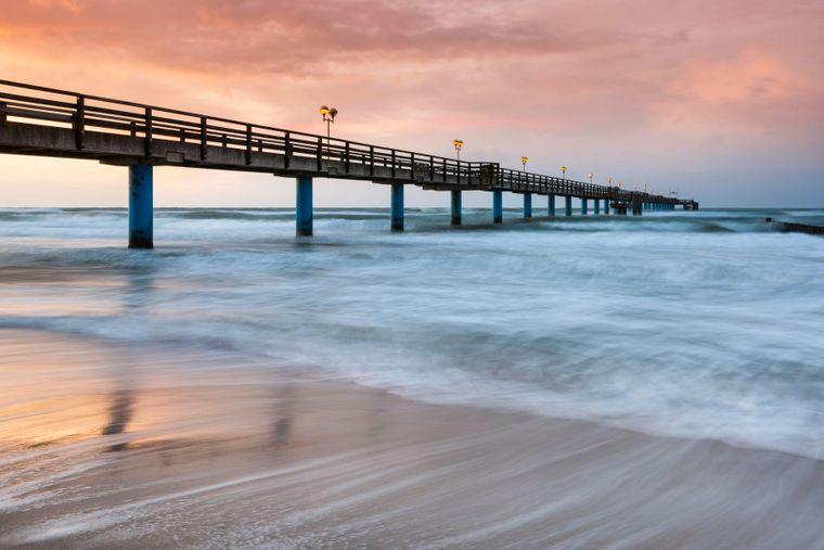 Romantischer geht's nicht: Die Seebrücke am Strand in Graal-Müritz macht Lust auf Meer.