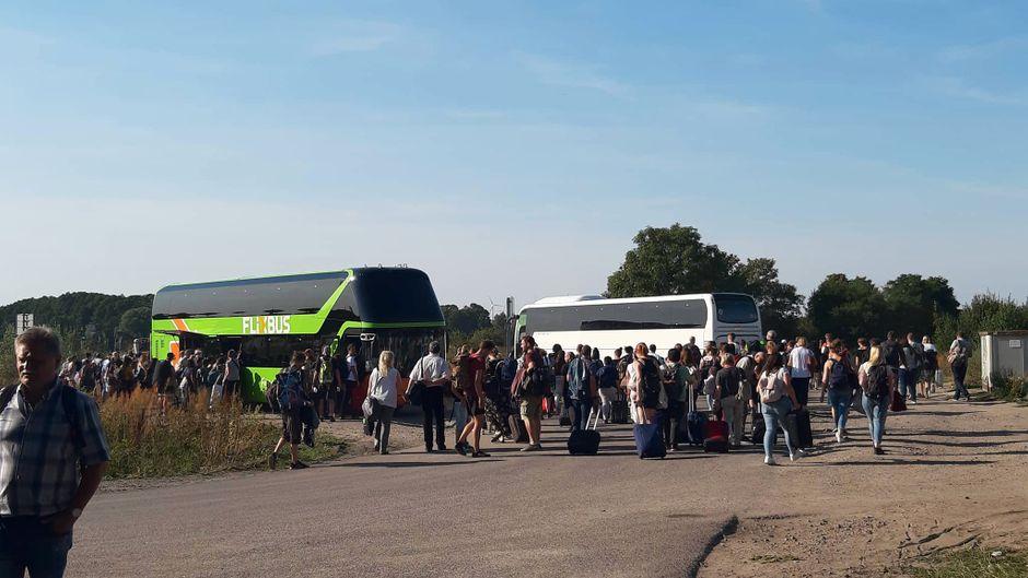 Mehrere Ersatzbusse befördern die Flixtrain-Passagiere nach Berlin.