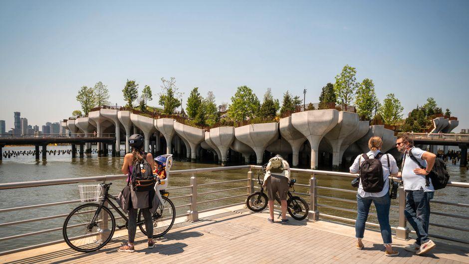 """Blick auf """"Little Island"""" – der Park auf Stelzen im Hudson River in New York hat am 21. Mai eröffnet."""