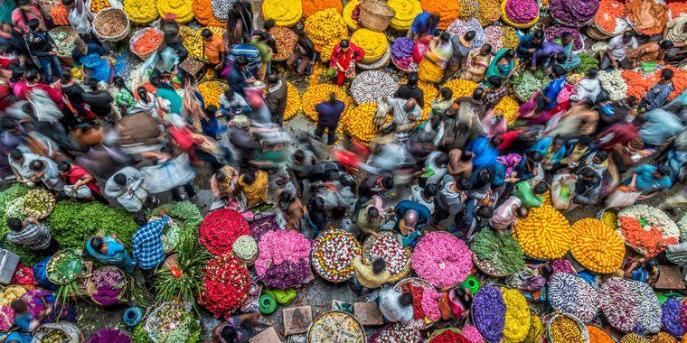 """Gewusel auf einem Markt im indischen Bengaluru: Mit diesem Foto hat Peter Walmsley aus Großbritannien die Kategorie """"Farben des Lebens"""" gewonnen."""