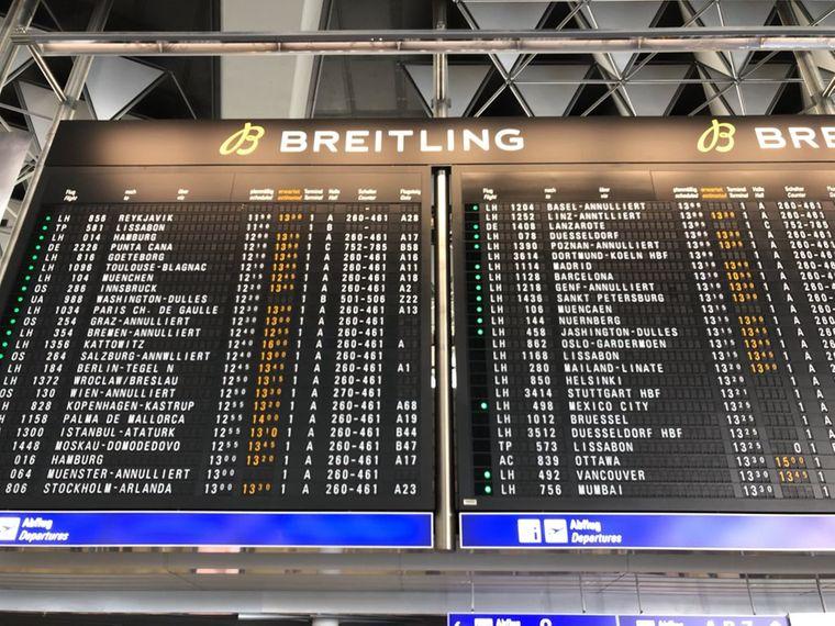 Anzeigezafel zeigt Flugausfälle und -verspätungen am Flughafen Frankfurt.