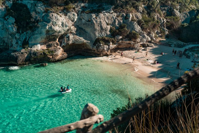 Wer bekommt bei diesem Anblick keine Lust, Menorca und seine traumhaften Buchten zu entdecken? Praktisch: Von Alcúdia aus bringt dich eine Fähre direkt dorthin.