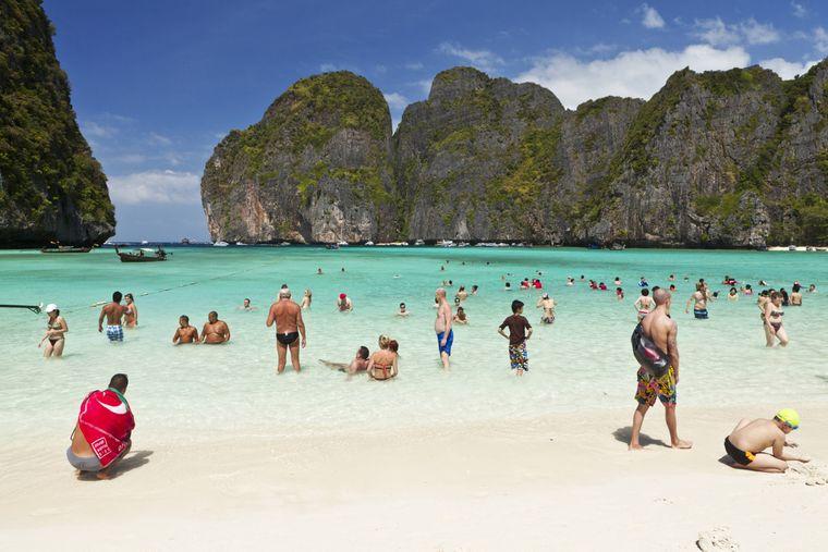 Die Touristenmassen an der Maya Bay auf der thailändischen Insel Ko Phi Phi sorgten dafür, dass die Bucht geschlossen wurde.