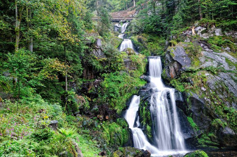 Die Triberger Wasserfälle im Schwarzwald stürzen 163 Meter in die Tiefe.