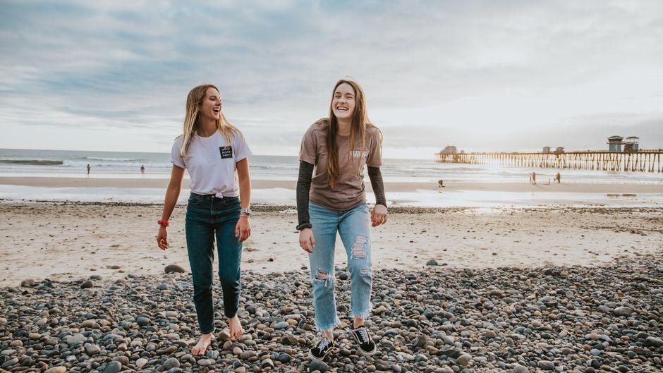 Zwei junge Frauen am Strand von Oceanside, Kalifornien.