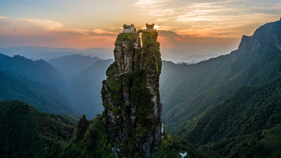 Die Zwillingstempel im Wuling-Gebirge in der chinesischen Provinz Guizhou stehen auf einer 100 Meter hohen Felsnadel.