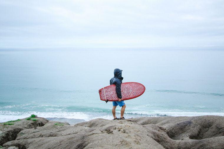 Surfer hält Ausschau.