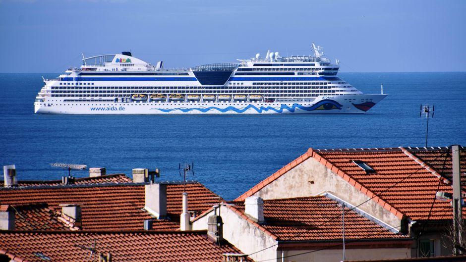 """Das Kreuzfahrtschiff """"Aida Sol"""" vor Marseille."""