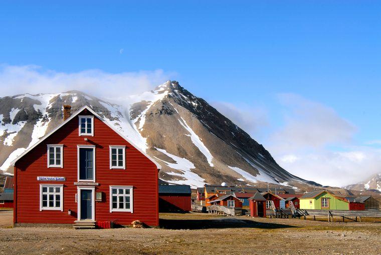 Berge, Gletscher und tief eingeschnittene Küstenfjorde: Norwegen ist landschaftlich gesehen eine glatte 1. Bekannt ist das Land auch für die bunten Holzhäuser in Bergen sowie die Museen und Grünanlagen in der Hauptstadt Oslo.