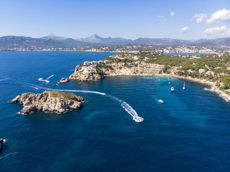 Blick auf die Insel Mallorca – ein Urlaub ist dort wieder ohne Quarantäne möglich. Die Reisewarnung wird aufgehoben.