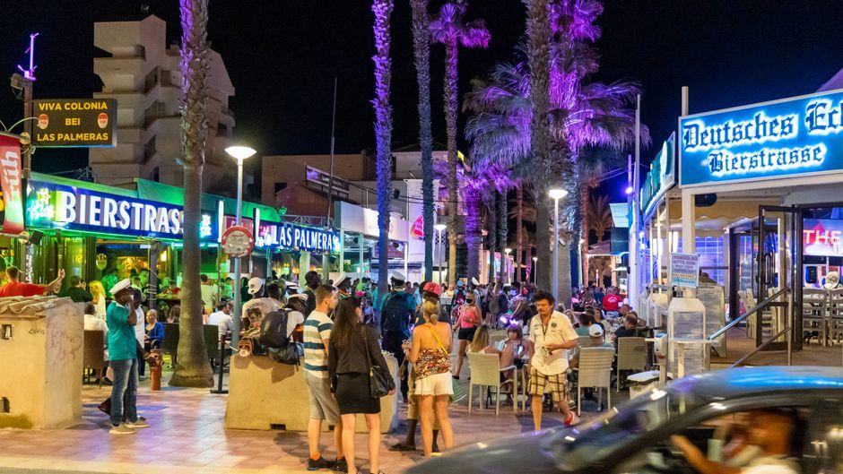 Während der Corona-Pandemie und nach dem Lockdown konzentriert sich das Nachtleben an der Playa de Palma auf der Insel Mallorca auf die sogenannte Bierstraße. Sicherheitsabstände werden offenkundig nicht durchgängig eingehalten.